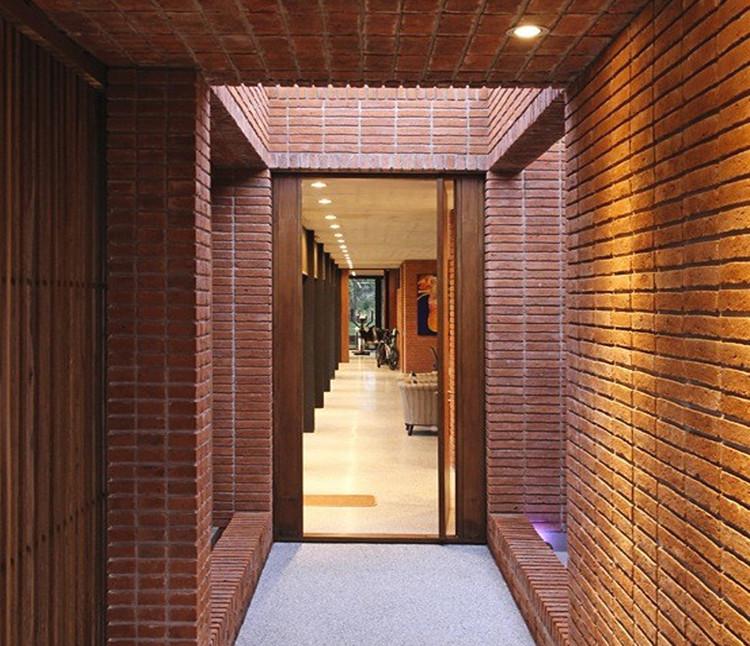 Casas de ladrillo en Uruguay: adaptación del mampuesto en proyectos contemporáneos, Casa Rovira / Marcelo Daglio Arquitectos. Image © Trucco – Tricanico