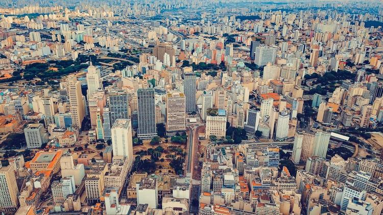 Complexidade e alta entropia: em que medida ainda é possível planejar a cidade no século XXI?, Vista aérea de São Paulo. Foto de Sergio Souza, via Unsplash