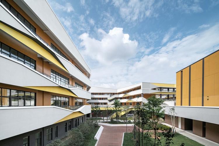 Yongjiang Experimental School / DC Alliance, inner court. Image © Xing Zhi Ying Xiang