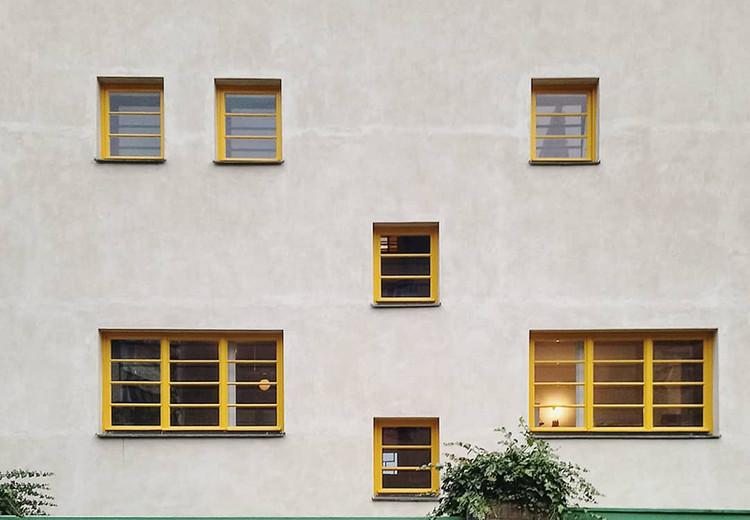 O que é Raumplan?, Fachada da Villa Müller mostrando as janelas em diferentes alturas: consequência das diferenças internas de nível e pé-direito. Imagem de euphrosyne_3.14. <a href='https://www.instagram.com/p/B4rVeCcoSaE/'>Via Instagram</a>