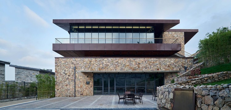 Yimeng Shanxiangju Resort / Greyspace Architecture Design Studio, The contrast between the heavy stone at the bottom and the aluminum plate at the top. Image © Hao Chen
