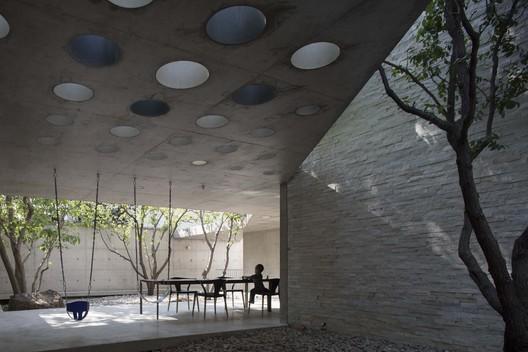 courtyard. Image © Lei Tao