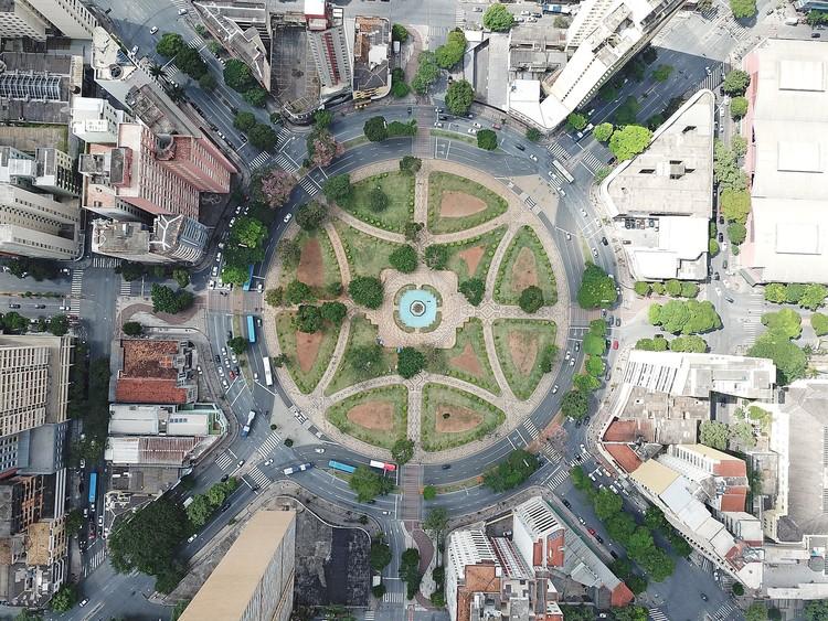 10 Razões por que uma cidade precisa de planejamento urbano, Praça Raul Soares, Belo Horizonte. Foto de Luiz Felipe Silva Carmo, via Unsplash