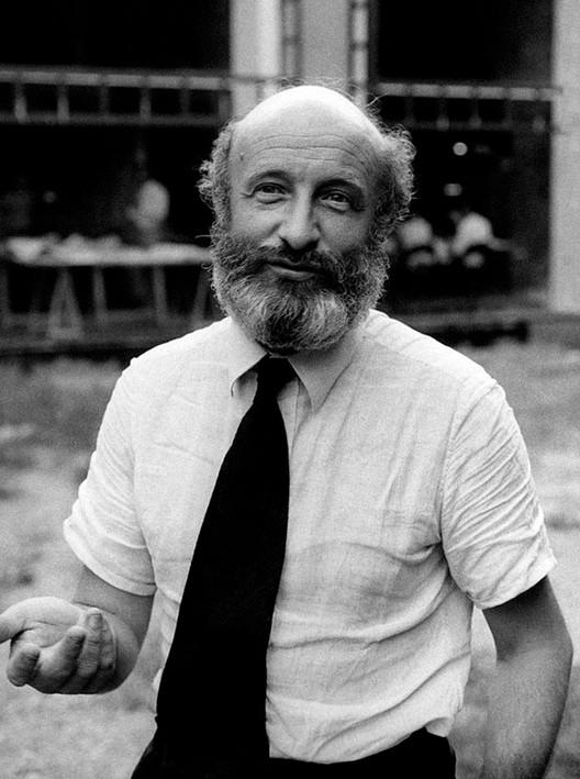 El arquitecto italiano Vittorio Gregotti fallece por coronavirus a los 92 años, Vittorio Gregotti en 1975. Imagen vía Wikipedia Commons