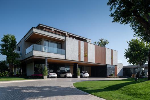 Jongluck Villa 168 / Full Scale Studio