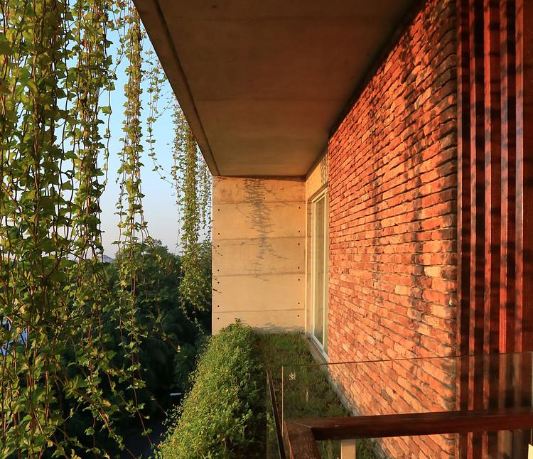 Balcones con vegetación: detalles y secciones de jardines en altura , Residencia Karim / ARCHFIELD. Image © Mahfuzul Hasan Rana