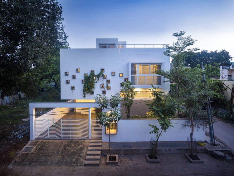 Bellary House / Gaurav Roy Choudhury Architects GRCA, The North elevated Street View at dusk. Image © Niveditaa Gupta