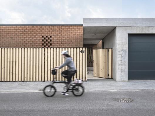 Casa con patio de piedra / beef architekti