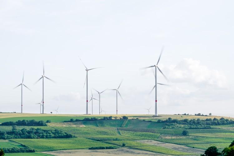 76 Ações imediatas para combater as mudanças climáticas, Campo de produção de energia eólica em Mölsheim, Alemanha. Foto de Karsten Würth, via Unsplash
