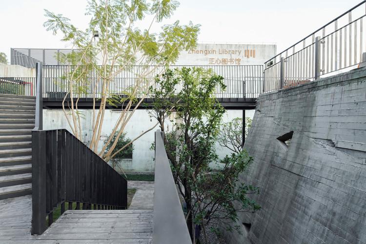 Landscpae walls and steel walkway weaved with on-site vegetation. Image © Siming Wu