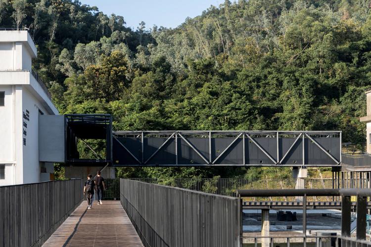 L-shape truss bridge links the main teaching building and science. Image © Siming Wu