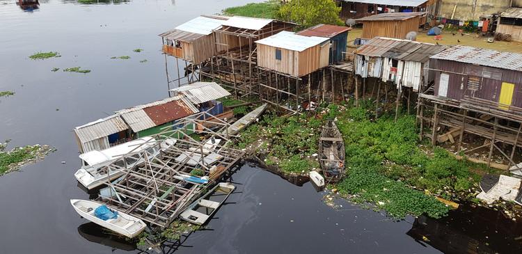 IABsp lança proposta de plano emergencial para arquitetura em meio à pandemia de COVID-19, Casas de madeira construídas sobre palafitas no distrito Educandos de Manaus. Foto de guentermanaus, via Shutterstock