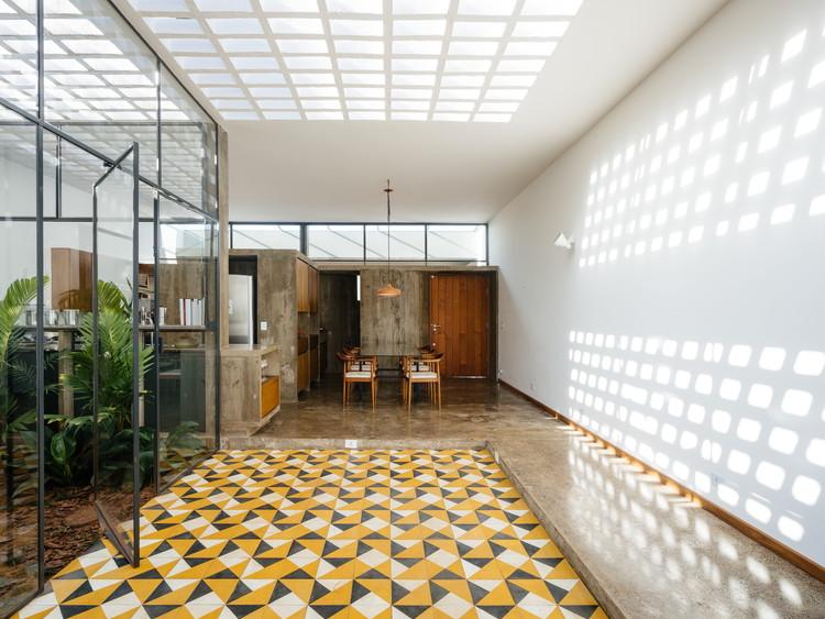 Casas en Brasil: 12 residencias con piso de baldosa hidráulica, Casa Sin Dueño nº01 / Vão Arquitetura. Imagen: © Pedro Kok
