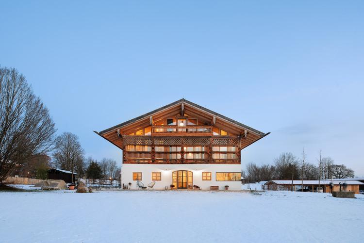 Timber Framed Barn Residence & Meeting Space / Leupold Brown Goldbach Architekten, © Jonathan Sage