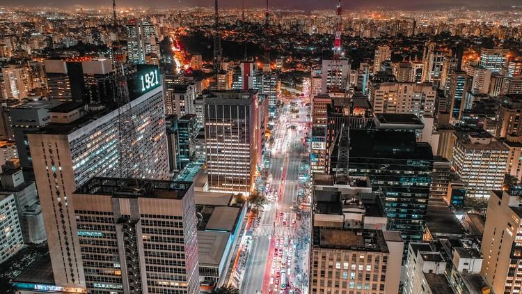 Como tornar as cidades mais inteligentes diante das mudanças climáticas e pandemias? , Vista aérea da cidade de São Paulo - SP. Foto de Sergio Souza, via Unsplash