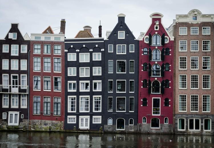4 Exemplos de leis que moldaram a arquitetura e acabaram criando cartões postais, Casas estreitas nos canais de Amsterdã. Foto de Vlad Hilitanu, via Unsplash