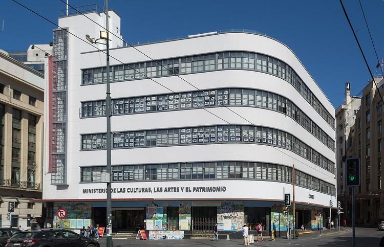 """Chile abre encuesta pública para definir medidas de apoyo al mundo cultural ante el COVID-19, <a href=""""//commons.wikimedia.org/wiki/User:Carlos_yo"""">Carlos Figueroa</a>, bajo licencia <a href=""""https://creativecommons.org/licenses/by-sa/4.0"""">CC BY-SA 4.0</a>. ImageOficinas centrales del Ministerio de las Culturas, las Artes y el Patrimonio de Chile en Valparaíso."""