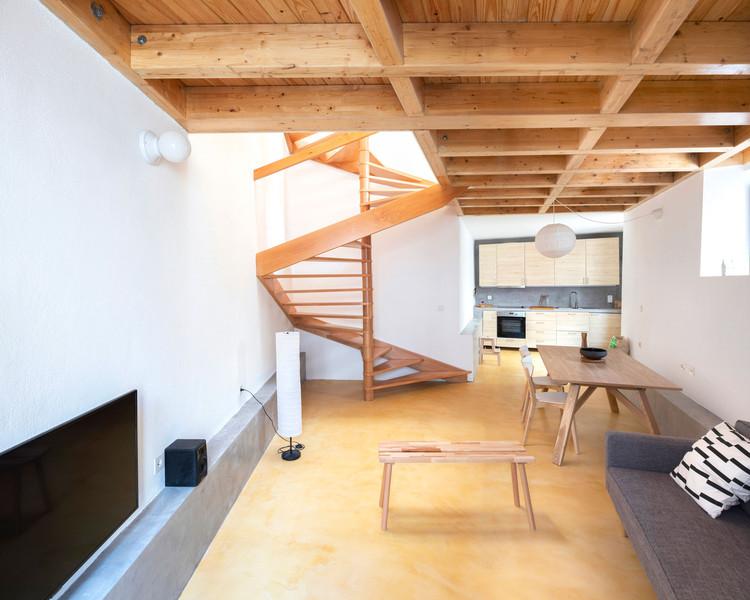 Versatilidad de escaleras de madera en 20 casas portuguesas, Casa Condeixa / Bernardo Amaral Arquitectura e Urbanismo + Diego Inglez de Souza. Imagen © Attilio Fiumarella