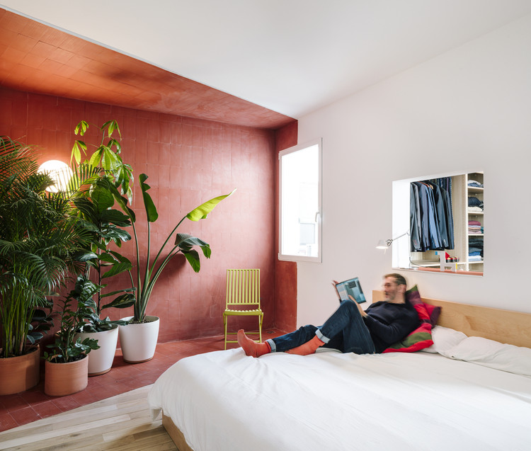 Reorganizar, pintar, cultivar: maneiras de animar sua casa em tempos de isolamento social, Apartment for a Bachelor in Madrid / gon architects + Ana Torres. Image © Imagen Subliminal