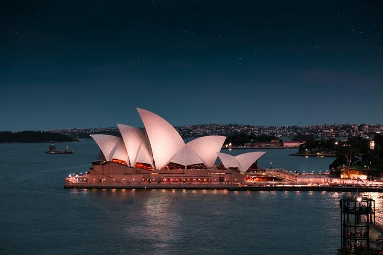 Em foco: Jørn Utzon, Ópera de Sydney. Foto de Arvin Wiyono, via Unsplash
