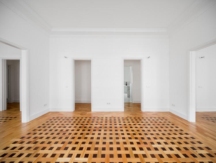 Padrões e variações em 18 apartamentos com piso de taco, Remodelação do Apartamento AAAA13 / Aboim Inglez Arquitectos. Imagem: © Ricardo Gonçalves