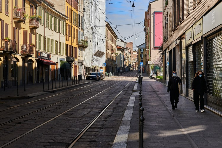 Ruas vazias em Milão. Foto de Mick De Paola, via Unsplash