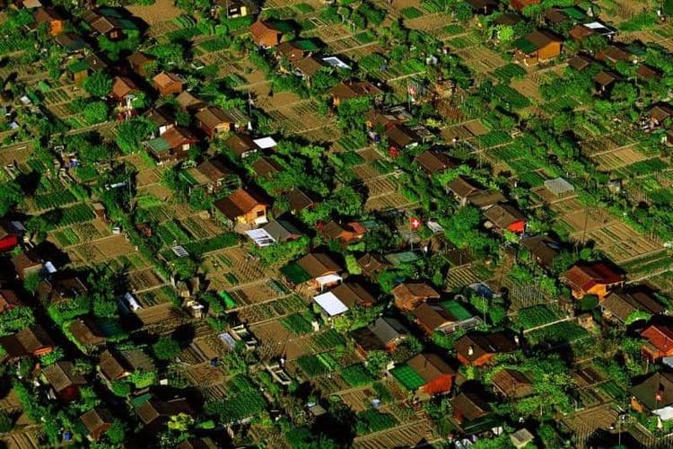 Uma cidade onde as pessoas plantam sua própria comida, Les Avanchets. Imagem © Yann Arthus-Bertrand, via CicloVivo