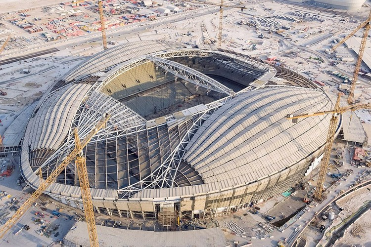 Arquitetura, forma e trabalho: reflexões sobre Zaha Hadid e as obras do estádio para a Copa 2022 no Qatar, Construção do estádio Al Wakrah. Imagem cortesia do Supreme Committee for Delivery & Legacy