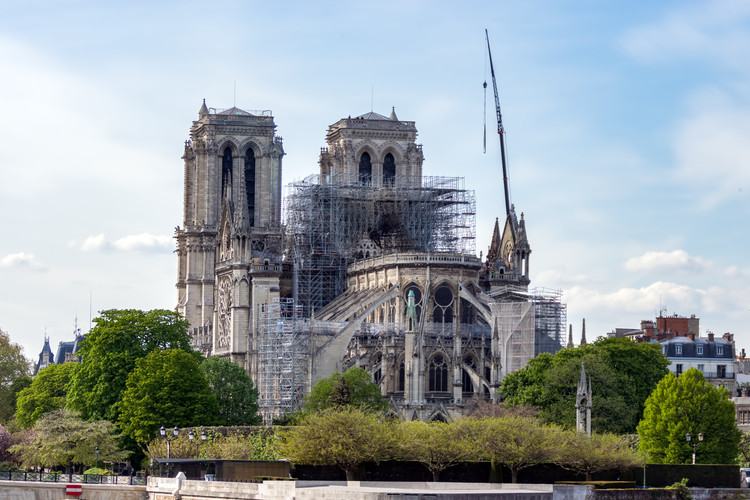 Los trabajos de restauración de la Catedral de Notre Dame se suspenden debido al brote de Coronavirus, vía Shutterstock/ By UlyssePixel