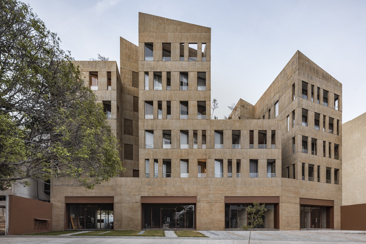 Architecture and Collective Living: 50 of Mexico's Most Cutting Edge Apartment Complexes, González Luna Building / Estudio Macías Peredo. Image © César Béjar