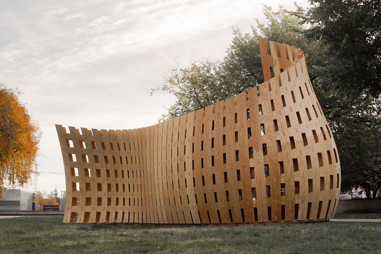 The Wander Wood Pavilion was fabricated and assembled over three days to demonstrate the wide range of forms and applications timber can have when applied to robotic fabrication methods. Courtesy of David Correa
