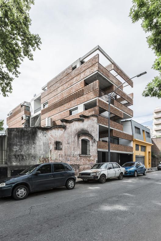 """BAAG: """"Nos propusimos el desafío de interpelar las necesidades del mercado, de reinterpretar las limitaciones"""", Edificio Juana Azurduy 1635 / BAAG. Image Cortesía de BAAG"""