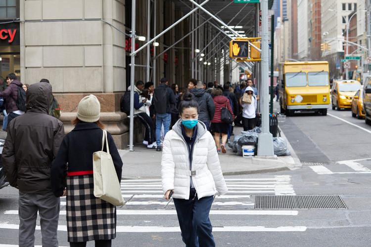 Mapa de Nueva York identifica las aceras con posibilidades de distanciamiento social, New York, NY / USA - March 12, 2020. Imagen vía Shutterstock/ por hector de jesus
