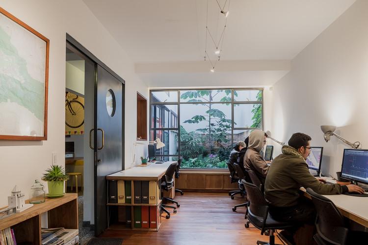 """Antonio Yemail: """"en la arquitectura existe una red enorme de trabajo de gente que vive del día a día"""", Oficina Yemail Arquitectura. Image © Alejandro Arango"""