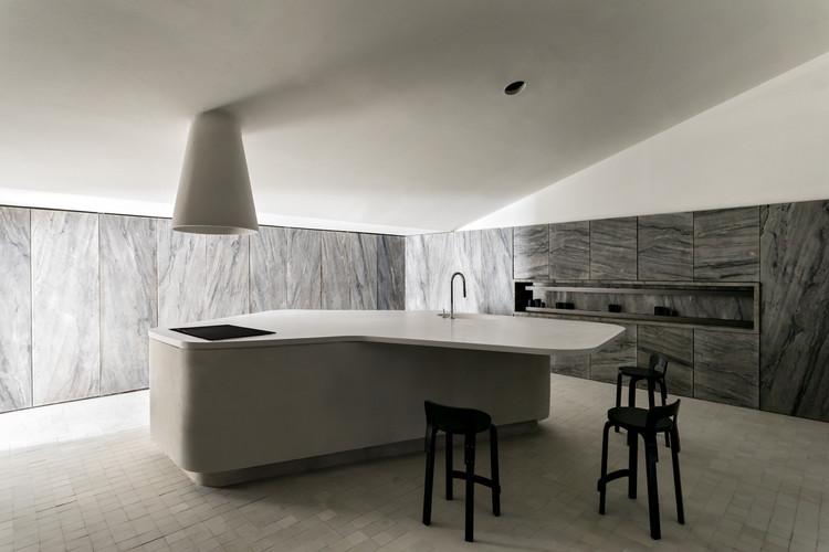 Stone Kitchen / Felipe Hess Arquitetos, © Fran Parente
