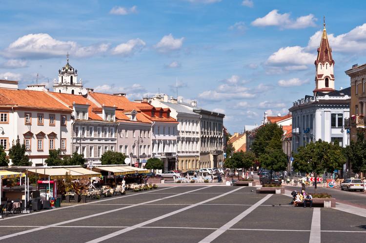 La capital de Lituania abre sus espacios públicos para cafés (una ayuda para el distanciamiento físico), La Plaza del Ayuntamiento en Vilnius, Lituania. Imagen vía Shutterstock / Por Donatas Dabravolskas