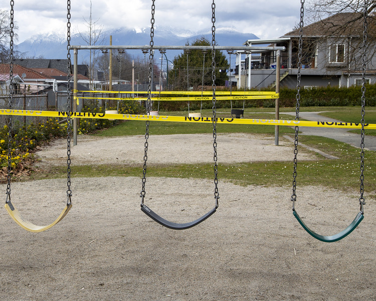 Mobilidade e pandemia: o que podemos esperar para o futuro da vida nas cidades?, Playground interditado em Vancouver, Canadá. Foto: Rod Raglin / Creative Commons / Flickr