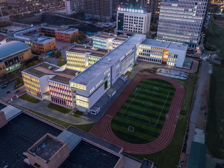Vue aérienne du sud-est du campus.  Image © Shengliang Su