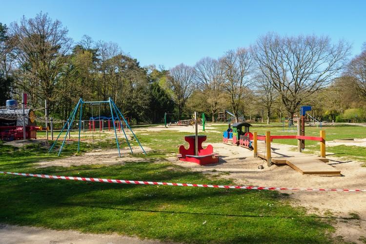 Criança quer ir para a rua! O futuro dos espaços públicos para os pequenos, Playground fechado durante a quarentena. Foto de Alexander Schimmeck, via Unsplash