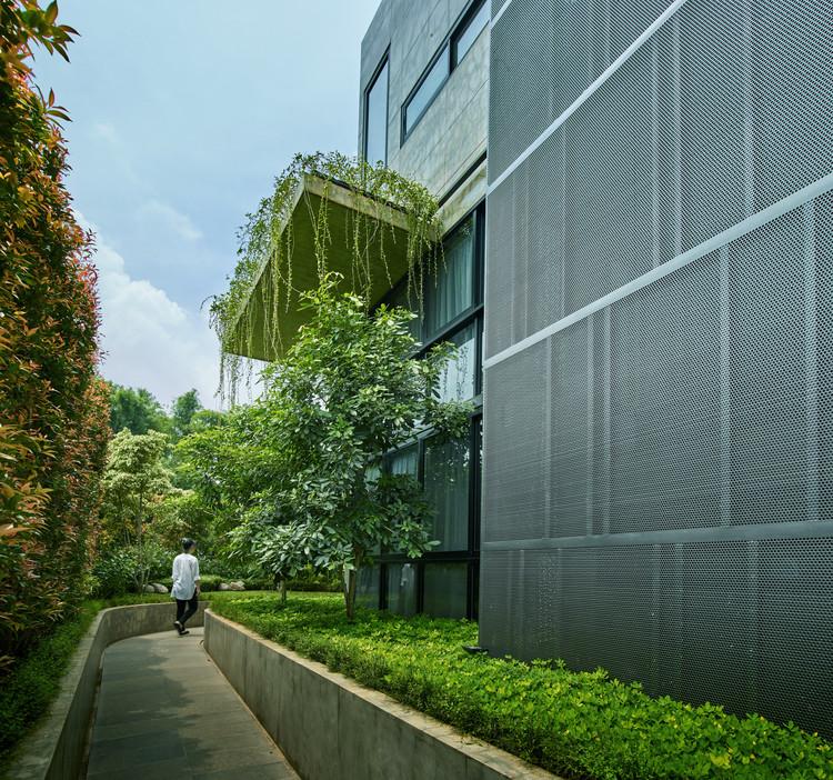 01 approach to split level house (0) - Tresno House / RAW Architecture: Biệt thự hiện đại cây xanh và hồ bơi