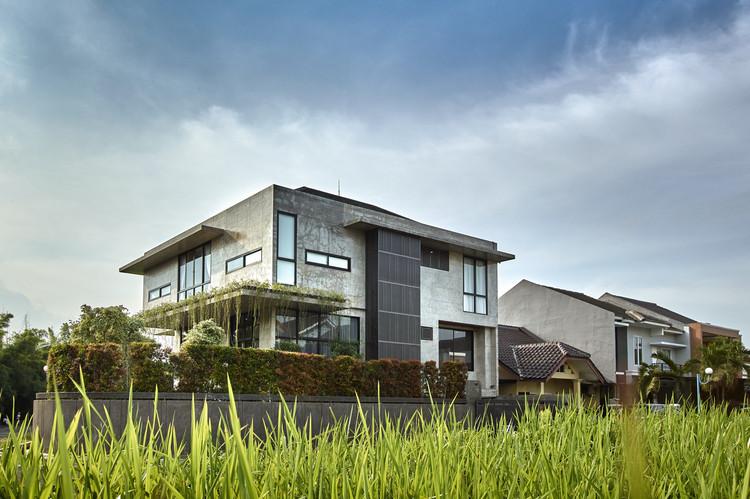 07 Neighbours - Tresno House / RAW Architecture: Biệt thự hiện đại cây xanh và hồ bơi