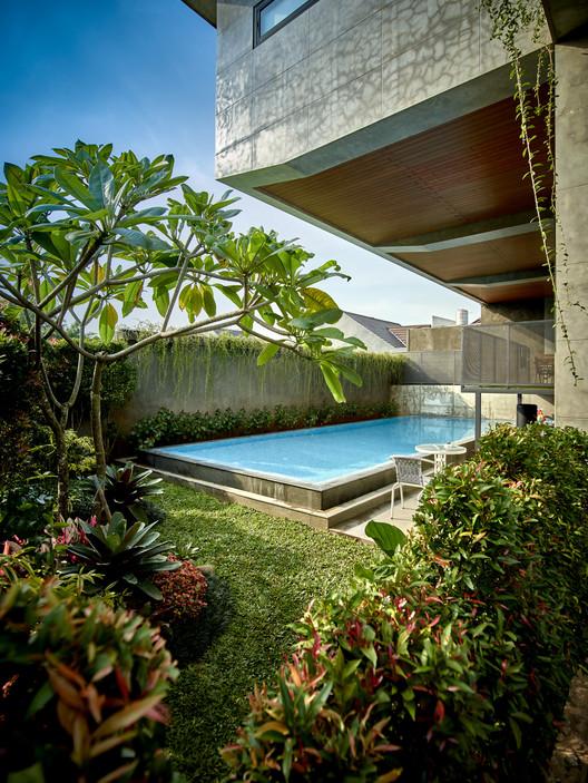 01 approach to split level house (3) - Tresno House / RAW Architecture: Biệt thự hiện đại cây xanh và hồ bơi