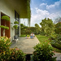 01 approach to split level house (4) - Tresno House / RAW Architecture: Biệt thự hiện đại cây xanh và hồ bơi