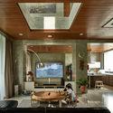 02 Atrium Living room - Tresno House / RAW Architecture: Biệt thự hiện đại cây xanh và hồ bơi