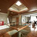 02 Atrium Skylight Tumpang Sari1 - Tresno House / RAW Architecture: Biệt thự hiện đại cây xanh và hồ bơi