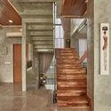 03 Atrium to Stair - Tresno House / RAW Architecture: Biệt thự hiện đại cây xanh và hồ bơi