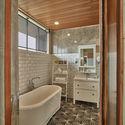 06 RAW AF House Master Bathroom 01 - Tresno House / RAW Architecture: Biệt thự hiện đại cây xanh và hồ bơi