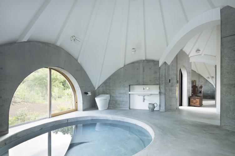 Além das quatro paredes: 12 banheiros com vistas para o entorno, © Takumi Ota