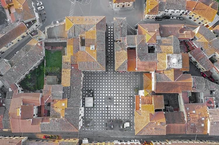 Instalación en plaza italiana busca reactivar los espacios públicos respetando el distanciamiento , Cortesía de Caret Studio