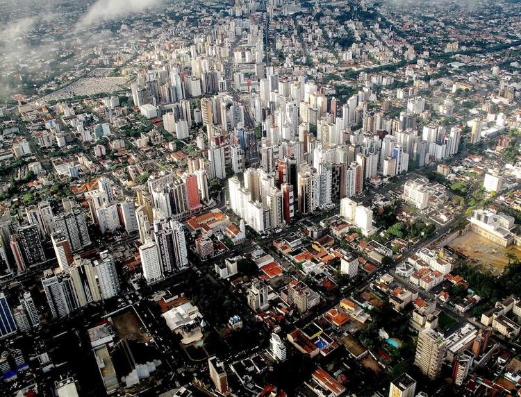 Quais as cidades que mais constroem moradia?, Região central de Curitiba. Foto de Francisco Anzola, via Flickr. Licença CC BY 2.0